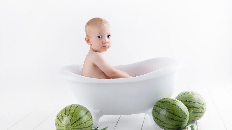 つかまり立ちができるようになったらお風呂は立たせて洗った方がラク【赤ちゃんの入浴方法】