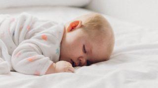 子ども(1歳児)を一人で床に寝かせるメリットとデメリット