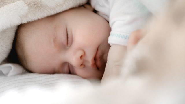 赤ちゃんに布団をかけるのが心配ならスリーパーを着せれば解決です!